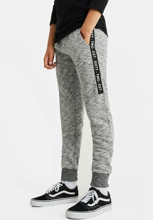JONGENS MET TAPEDETAIL - Tracksuit bottoms - blended light grey