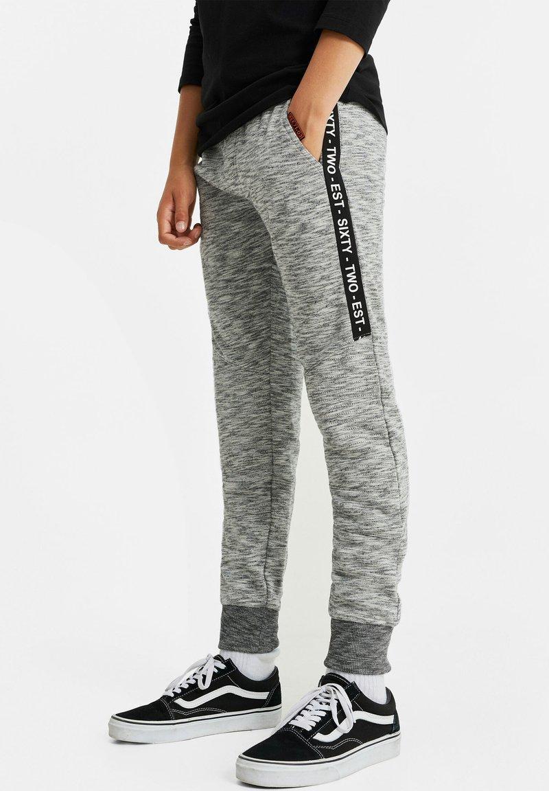 WE Fashion - JONGENS MET TAPEDETAIL - Tracksuit bottoms - blended light grey