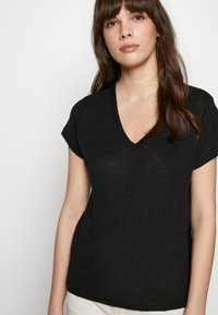 Banana Republic - VEE TEE SOLIDS - Basic T-shirt - black - 4