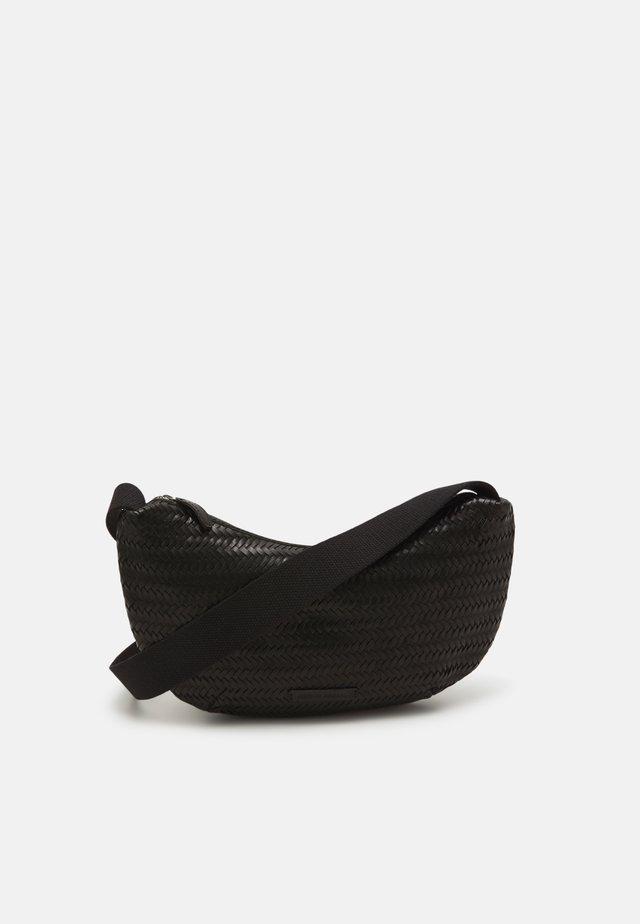SOFT CROSSBODY POUCH - Taška spříčným popruhem - black