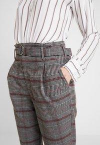 Hollister Co. - SELF BELT PLEATED MOMS - Kalhoty - grey - 5