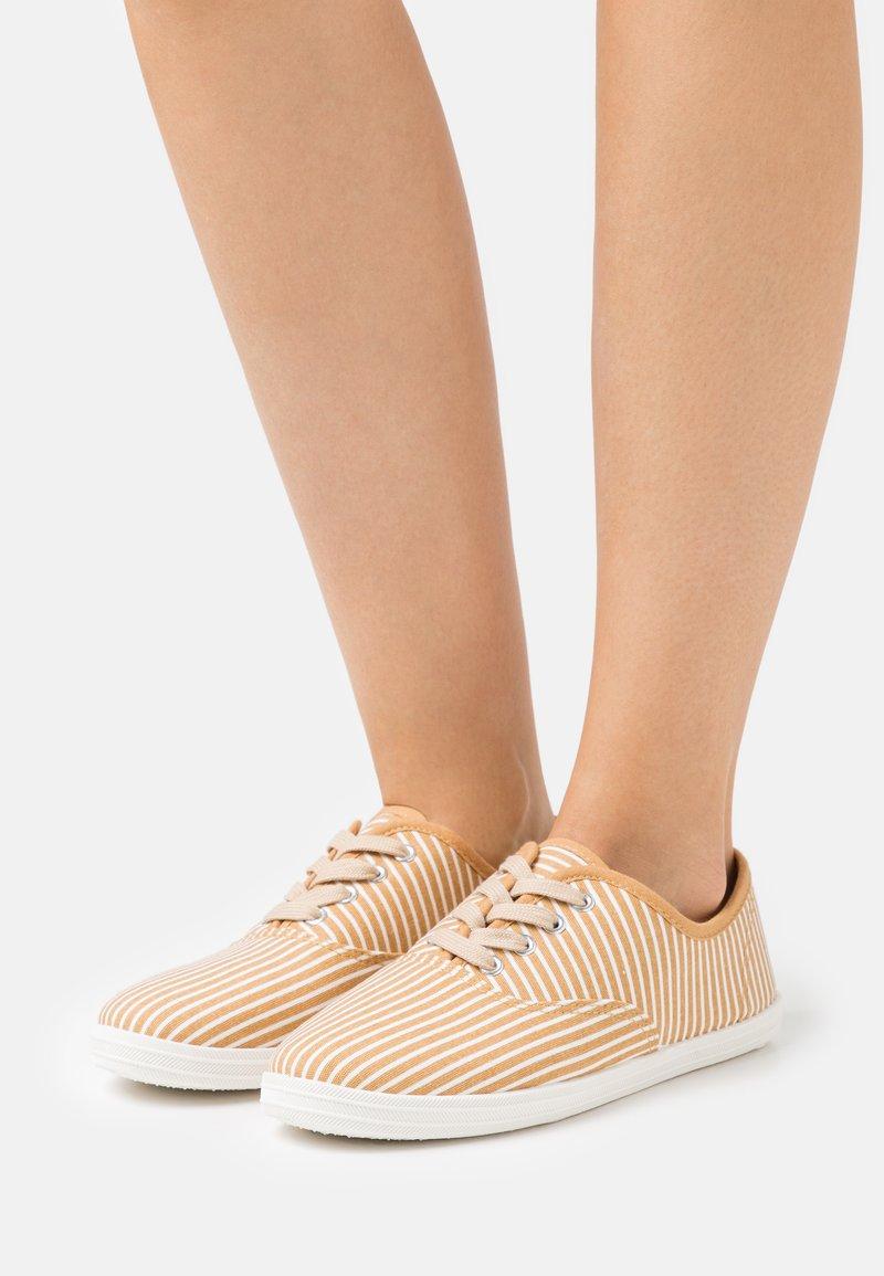 CALANDO - Sneakers basse - beige/white