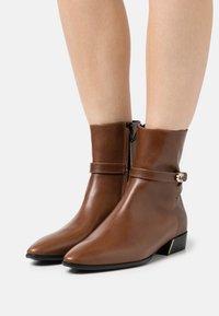 Furla - GRACE BOOT - Kotníkové boty - cognac - 0