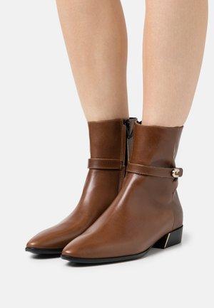 GRACE BOOT - Kotníkové boty - cognac