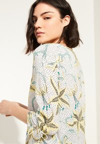 comma casual identity - Blouse - white flowers & dots - 4