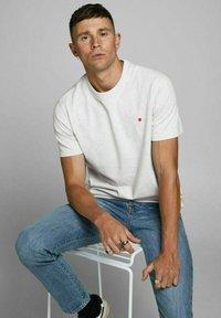Royal Denim Division by Jack & Jones - JJ-RDD CREW NECK - T-shirt basic - white melange - 5