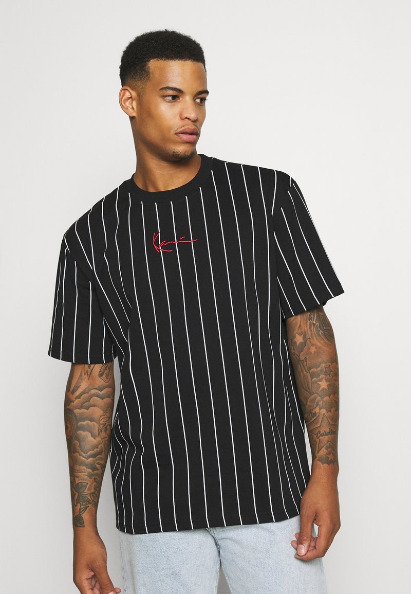 Karl Kani - SMALL SIGNATURE PINSTRIPE TEE UNISEX - T-shirt med print - black/white