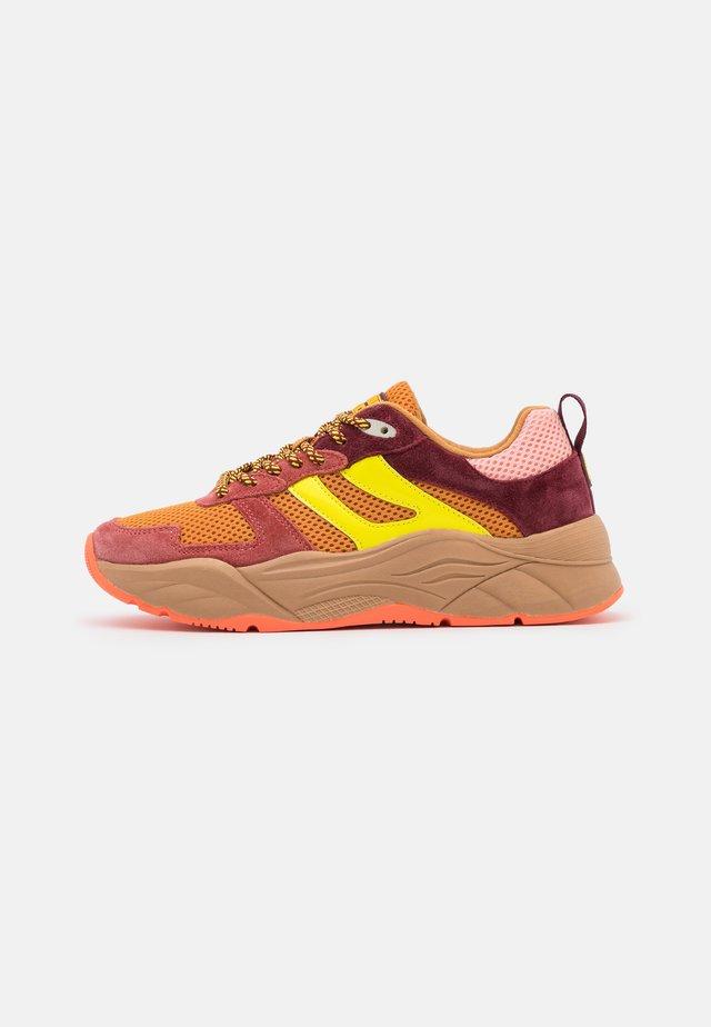 CELEST - Sneakers basse - brown/orange