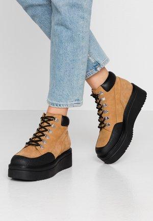 TARA - Kotníková obuv - golden oat