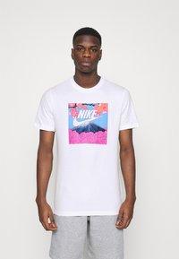 Nike Sportswear - TEE MANGA PHOTO - Print T-shirt - white - 0