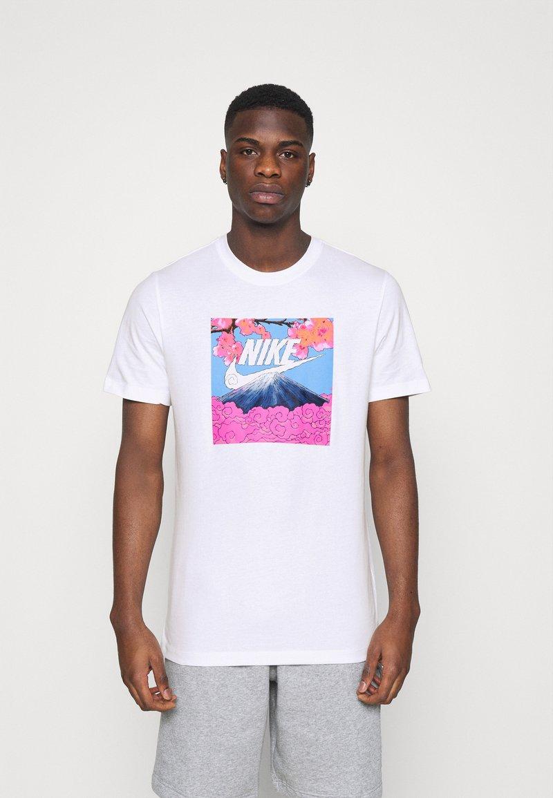 Nike Sportswear - TEE MANGA PHOTO - Print T-shirt - white