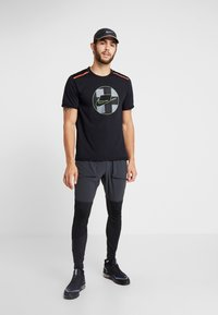 Nike Performance - WILD RUN HYBRID PANT - Træningsbukser - black/off noir/habanero red - 1
