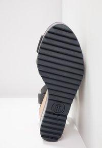 Tommy Hilfiger - COLORED STRIPES WEDGE - Korolliset sandaalit - blue - 6