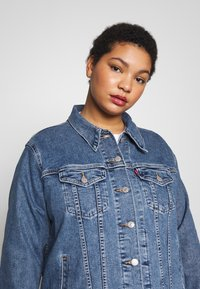 Levi's® Plus - BOYFRIEND TRUCKER - Denim jacket - light-blue denim - 3