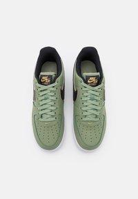 Nike Sportswear - AIR FORCE 1 '07 LV8 - Sneakers laag - oil green/black/metallic gold/white - 3