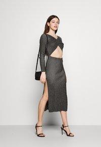 Milk it - LONG SLEEVE PLATED MIDI DRESSW TWIST - Jumper dress - black - 1