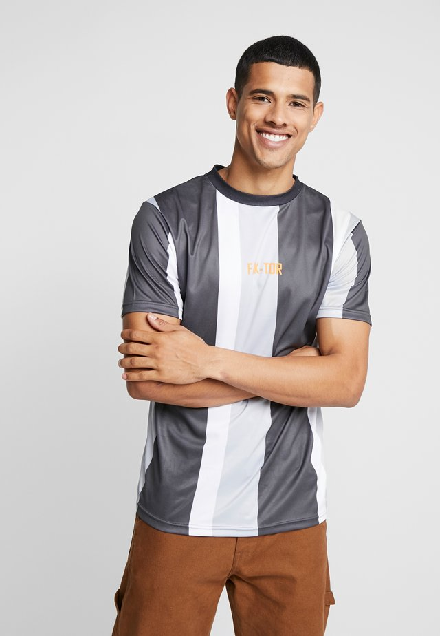 KAI STRIPE TEE - T-shirt con stampa - grey