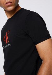 Calvin Klein Jeans - MONOGRAM ROLL CUFF TEE - T-shirts med print - black - 4