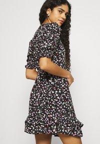 Dorothy Perkins - DOUBLE FRILL HEM MINI DRESS DITSY PRINT - Denní šaty - black - 4