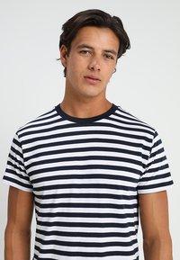 Mads Nørgaard - MIDI THOR - T-shirts print - navy/white - 3