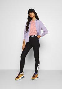 Nike Sportswear - TEE - T-shirt med print - rust pink/canyon rust - 1