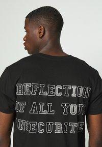 Night Addict - REFLECT - T-shirt med print - black - 5