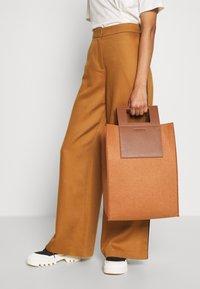 Holzweiler - CARRY BIG BAG - Shopping bags - camel - 1