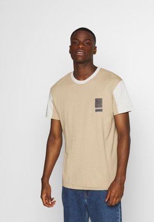 JCOSAFARI CURVE TEE CREW NECK - Print T-shirt - crockery
