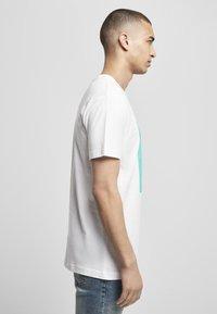Mister Tee - MIC DROP  - Print T-shirt - white - 4