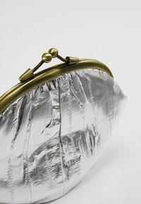 Becksöndergaard - GRANNY METALLIC - Portefeuille - silver - 2