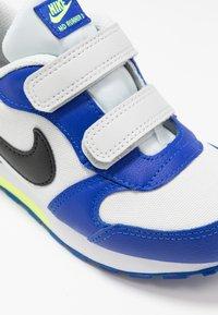 Nike Sportswear - MD RUNNER 2 - Sneakers laag - photon dust/black/hyper blue/volt - 2