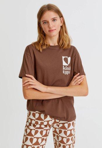 T-shirt con stampa - mottled dark brown
