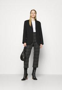Marks & Spencer London - 2 PACK - Jednoduché triko - white/black - 0