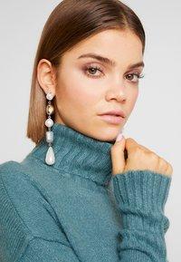 Vero Moda - VMLUCI ROLLNECK DRESS - Sukienka dzianinowa - north atlantic - 5