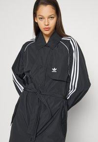 adidas Originals - TRENCH ORIGINALS ADICOLOR PRIMEGREEN COAT - Trenchcoat - black - 8