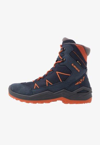 JONAS GTX MID UNISEX - Winter boots - blau/orange