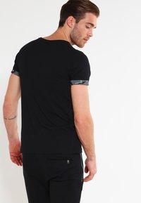Urban Classics - Print T-shirt - dark camo - 2