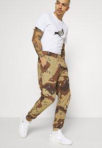 STAPLE PIGEON - UNISEX GARMENT - Pantalon de survêtement - beige - 3