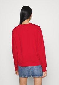 Tommy Jeans - REGULAR ESSENTIAL LOGO - Sweatshirt - deep crimson - 2