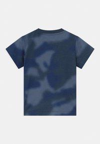 adidas Originals - UNISEX - T-shirt print - crew blue/multicolor/solar red - 1