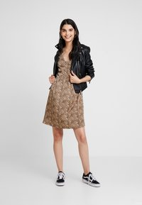 YAS - YASHURA SHORT DRESS - Hverdagskjoler - light brown/black - 1