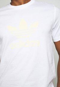 adidas Originals - TREFOIL UNISEX - T-shirts med print - white - 5