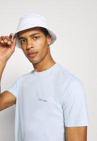 Calvin Klein - CHEST LOGO - T-shirt basic - blue - 3
