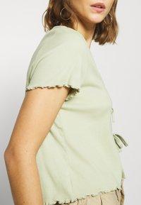 Monki - NILLAN - T-shirt z nadrukiem - green - 3