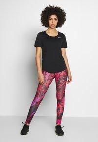 Nike Performance - W NK TOP SS RUNWAY - Print T-shirt - black/reflective silver - 1
