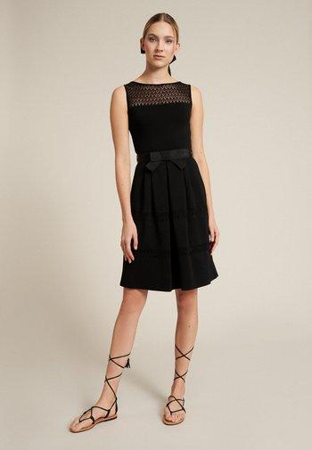 CARAMEL - Vestido de punto - nero