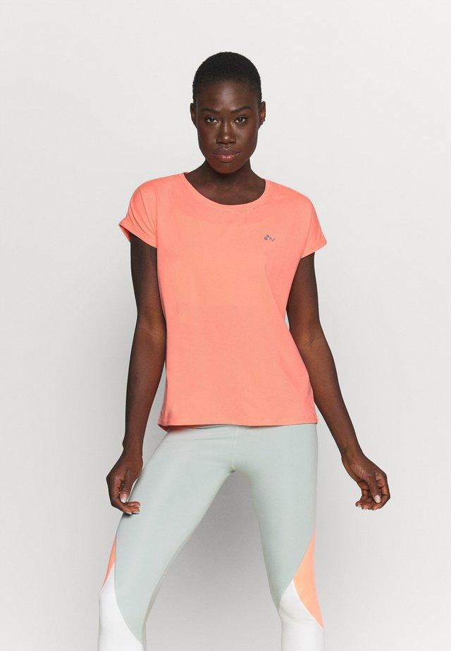ONPAUBREE LOOSE TRAINING TEE - T-shirt basique - neon orange