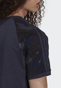 adidas Originals - CAMOUFLAGE CALIFORNIA GRAPHICS - T-shirt con stampa - night navy - 5