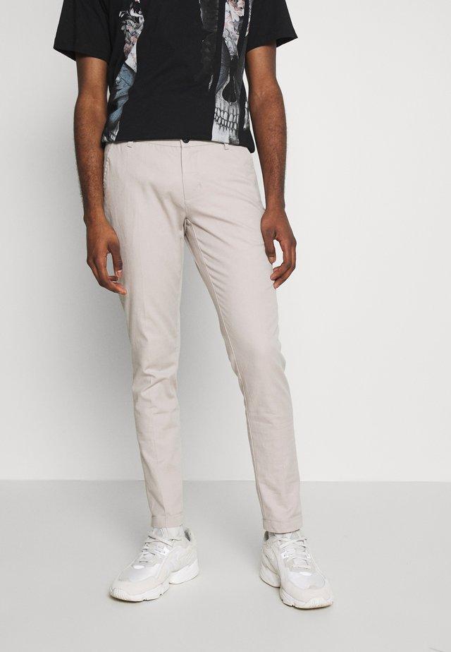 ROLF SLIM - Spodnie materiałowe - sand