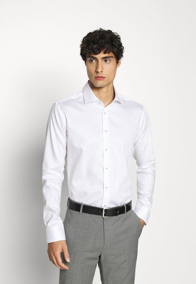 SLIM LIGHT SPREAD KENT PATCH - Formální košile - weiß